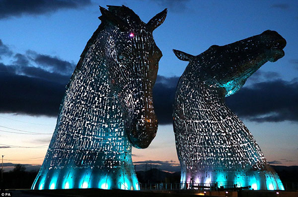 The-Kelpies-at-night